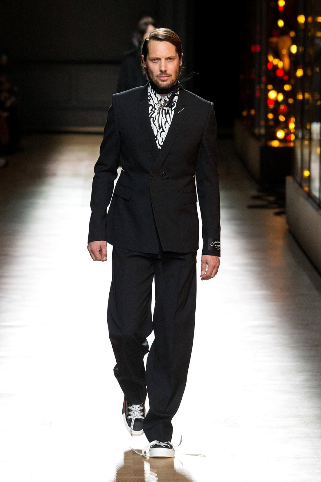 Vestimenta formal con tennis zapatillas champion ellos y ellas hombre personal stylist shopper asesoriadeimagen asuncion tijuana